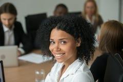 Attraktiv affärskvinna för afrikansk amerikan på lagmötet, huvud royaltyfri foto