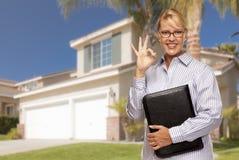 Attraktiv affärskvinna In Front av det trevliga bostads- hemmet arkivbild