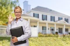 Attraktiv affärskvinna In Front av det trevliga bostads- hemmet arkivfoton