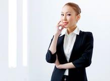 Attraktiv affärskvinna i formell dräkt royaltyfria bilder