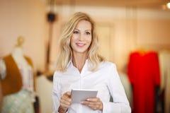 Attraktiv affärskvinna med den digitala minnestavlan Fotografering för Bildbyråer