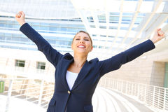 Attraktiv affärskvinna med hennes lyftta armar Arkivbilder