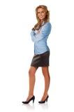 Attraktiv affärskvinna med korsade armar Royaltyfria Foton