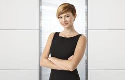 Attraktiv affärskvinna på kontoret Arkivbild