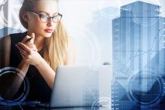 Attraktiv affärskvinna som använder bärbara datorn royaltyfri bild