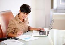 Attraktiv affärskvinna som arbetar på hennes documets Arkivfoto