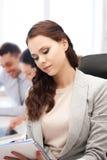 Attraktiv affärskvinna som i regeringsställning tar anmärkningar arkivbilder