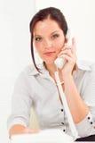 attraktiv affärskvinna som kallar professionelln Royaltyfri Fotografi