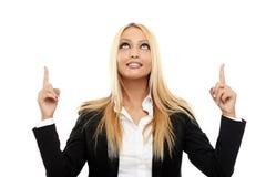 Attraktiv affärskvinna som pekar till copyspacen Royaltyfri Foto