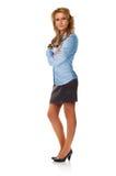 Attraktiv affärskvinna som poserar med korsade armar Royaltyfri Foto