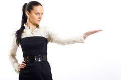 attraktiv affärskvinna som presenterar något Arkivfoto