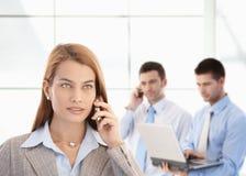 Attraktiv affärskvinna som talar på mobil arkivbild