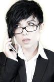 Attraktiv affärskvinna som talar på smartphonen arkivbilder
