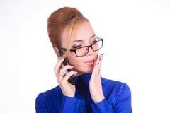 Attraktiv affärskvinna som talar vid telefonen Arkivbild