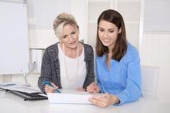 Attraktiv affärskvinna två i möte som analyserar budgeten arkivbild
