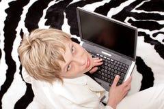 attraktiv affärskvinnabärbar dator över kvinna Royaltyfria Foton