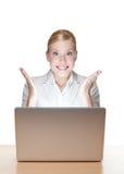 attraktiv affärskvinnabärbar dator royaltyfri fotografi