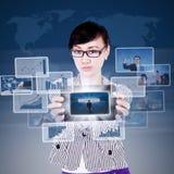 Attraktiv affärskvinnagåvaframgång på touchpad Royaltyfri Fotografi