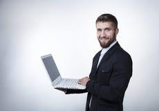 Attraktiv affärsman med en bärbar dator Arkivfoto