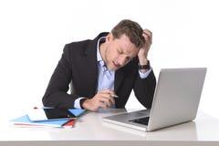 Attraktiv affärsman som arbetar i spänning på huvudvärken för lidande för dator för kontorsskrivbord Royaltyfria Bilder