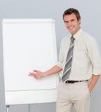 attraktiv affärsman som ger presentation royaltyfri fotografi
