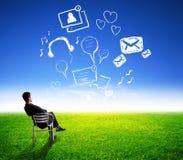 Attraktiv affärsman som ser globalt socialt massmedia arkivfoto