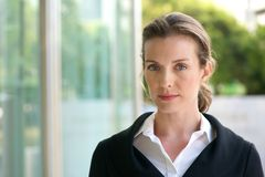 Attraktiv affärskvinna med allvarligt framsidauttryck Fotografering för Bildbyråer