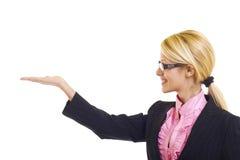 attraktiv affärskvinna som presenterar något Arkivfoton