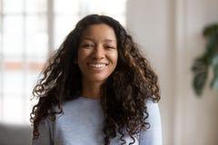 Attraktiv afrikansk amerikan för huvudskottstående som ler kvinnan royaltyfri fotografi