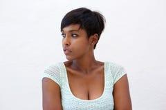 Attraktiv afrikansk amerikankvinna med den korta frisyren Arkivbilder