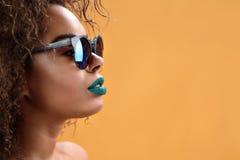 Attraktiv afrikansk flicka med grön läppstift fotografering för bildbyråer