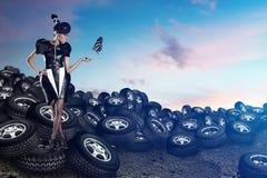 Attraktiv afrikansk kvinna på gummihjul på den blåa himlen Arkivbilder