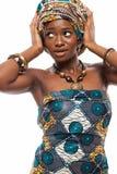 Attraktiv afrikansk modell i traditionell klänning royaltyfri foto