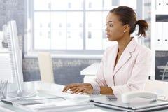 Attraktiv afro affärskvinna på arbete royaltyfria bilder