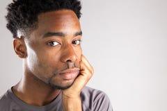 Attraktiv afro--amerikan man som poserar i studio royaltyfri foto
