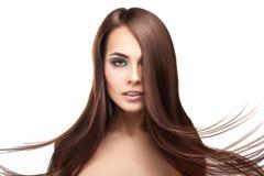 Attraktiv allvarlig brunettdam med makeup och perfekt straigh Fotografering för Bildbyråer