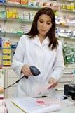 Attraktiv apotekare som arbetar med receptet arkivfoto