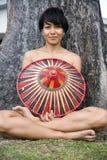 Attraktiv asiatisk dam med hatten Arkivfoton