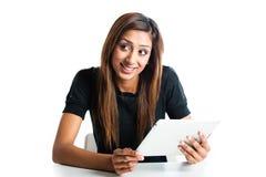 Attraktiv asiatisk indisk tonårs- kvinna som använder en minnestavladator arkivfoton