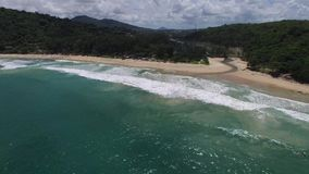 Attraktiv asiatisk kust, gröna träd, från en helikopter stock video