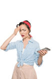 Attraktiv asiatisk kvinna med den hållande smartphonen för huvudvärk Arkivbild