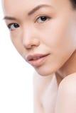 Attraktiv asiatisk kvinna som ser dig Royaltyfri Foto