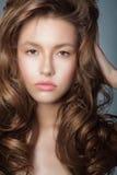 attraktiv Autentisk latinsk kvinna med perfekta lockiga hår Fotografering för Bildbyråer