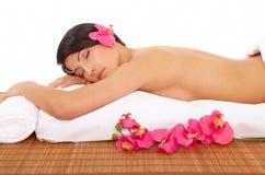attraktiv avslappnande brunnsortkvinna Fotografering för Bildbyråer