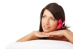 attraktiv avslappnande brunnsortkvinna Arkivfoto