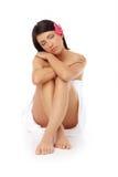 attraktiv avslappnande brunnsortkvinna arkivfoton