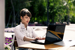 attraktiv bärbar dator genom att använda kvinnabarn royaltyfria bilder