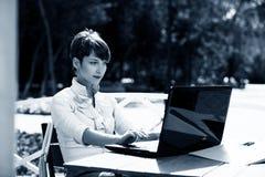 attraktiv bärbar dator genom att använda kvinnabarn fotografering för bildbyråer