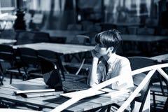 attraktiv bärbar dator genom att använda kvinnabarn royaltyfria foton
