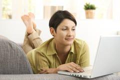 attraktiv bärbar dator genom att använda kvinnan Royaltyfri Foto